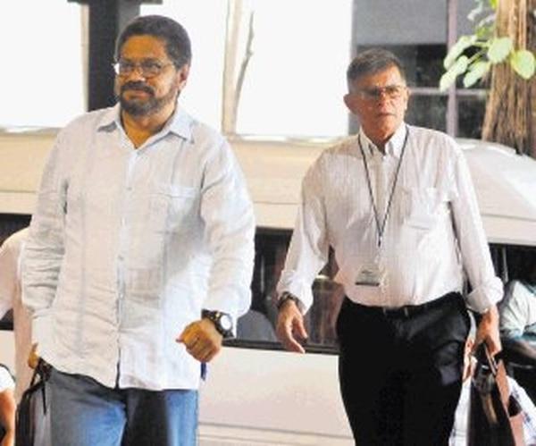 Los delegados de las FARC Iván Márquez y Rodrigo Granda (derecha) el lunes en La Habana, Cuba. | EFE.