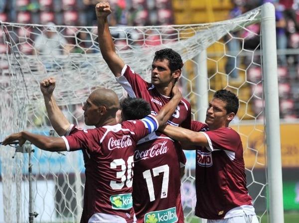 Ricardo Costa (de frente), Douglas Sequeira (30), Óscar Duarte (17) y Daniel Colindres celebraron alcanzar el subliderato del torneo. El brasileño se estrenó en la red | ALONSO TENORIO.