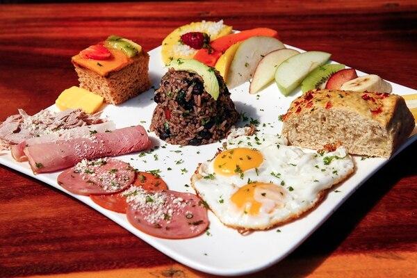 Este es el desayuno completo llamado 'brunch'. En los restaurantes también ofrecen semillas de macadamia recién salidas del horno.