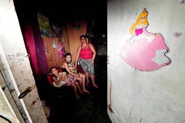 La familia de Marianela Sánchez, de Villa Esperanza en Pavas, recibe subsidios económicos del IMAS. Aunque el dinero llega con retraso, reconoció ella. Le acompañan sus higas Rachel (derecha) e Isabel Sandoval Sánchez. | JOHN DURÁN