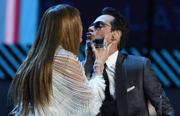Los ex esposos Jennifer López y Marc Anthony compartieron un beso el jueves en los Grammy.