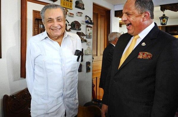 El expresidente Abel Pacheco (izq.) reprochó al presidente Luis Guillermo Solís por viajar a Cuba con una delegación de otros 30 funcionarios públicos.