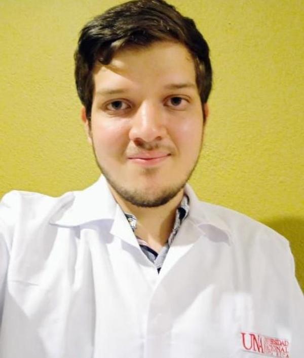 Daniel Vega, estudiante de biología, ha podido ir a clases presenciales solamente por un curso en laboratorio. Se siente motivado en esta nueva etapa. Foto: Cortesía