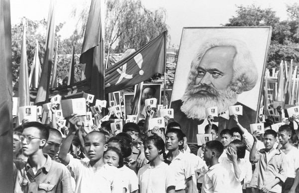 Jóvenes chinos participan en setiembre de 1966 en un mitin mientras mostraban ejemplares de obras escritas por Mao Zedong.