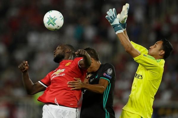 Keylor Navas ganó su octavo centro el martes al imponerse el Real Madrid 2-1 al Manchester United. En la acción busca el balón ante el delantero belga Romelu Lukaku.