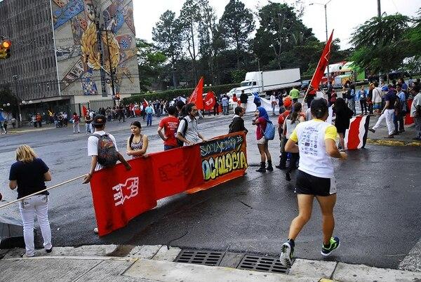 Durante la huelga, los trabajadores bloquearon el paso de vehículos varias veces, en los alrededores de la UCR.