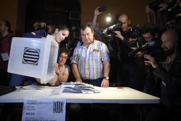 En un recinto electoral en Barcelona comenzaba el recuento de votos en el referendo independentista, el 1.° de octubre del 2017.