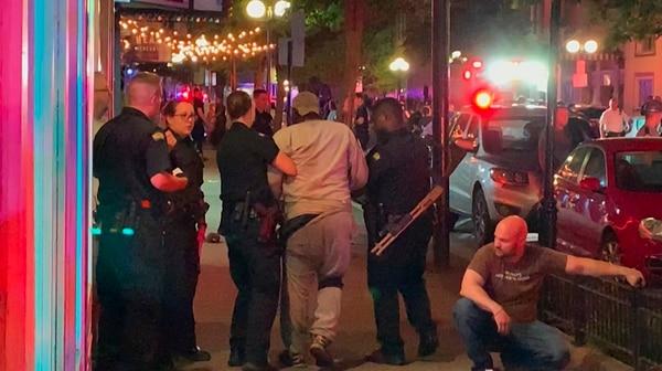 Policías ayudaban a un hombre herido durante el tiroteo en Dayton, Ohio, el domingo 4 de agosto del 2019. Hubo nueve muertos.