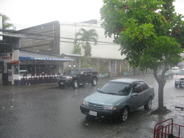 Limón tendrá lluvias por la mañana y el oleaje sigue alto. En el resto del país, los aguaceros serán muy escasos, dice el IMN.