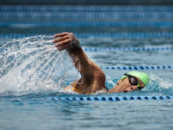 Leonardo Chacón voltea su torso para respirar durante el entrenamiento de natación que realizó ayer en la piscina olímpica del Polideportivo de Cartago, en barrio El Molino. | JORGE CASTILLO