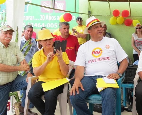 El vicealcalde Wilson Campos entre la actual diputada Nidia Jiménez y Luis Gmo. Solís, en marzo.   CARLOS HERNÁNDEZ
