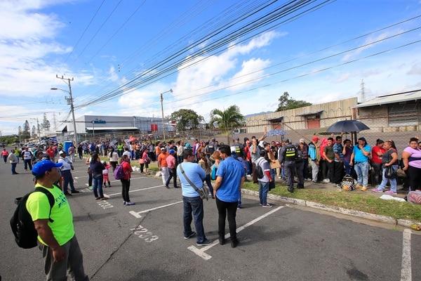 El 25 de junio anterior, las filas eran largas en Migración en La Uruca, ya que unos 4.000 nicaragüenses pretendían solicitar refugio. Foto: Rafael Pacheco.