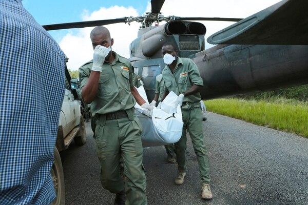 Socorristas transportaban un cuerpo en la población de Chimanimani, , Zimbabue, este miércoles 20 de marzo del 2019.