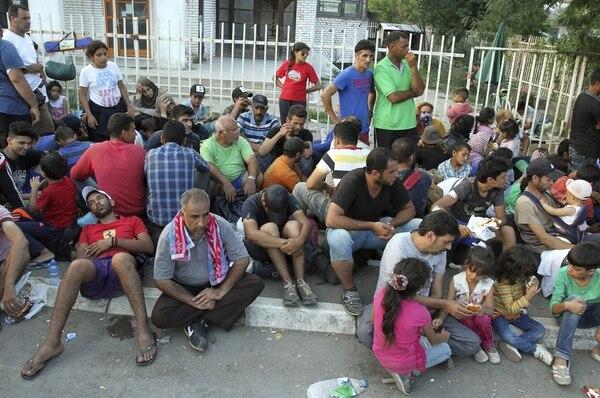 Decenas de miles de refugiados procedentes de países en conflicto como Siria y Afganistán intentan encontrar asilo en Estados occidentales de la Unión Europea, a los que buscan llegar pasando por Grecia, Macedonia, Serbia y Hungría.