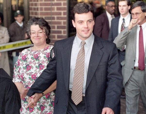 John Wayne Bobbitt sonríe cuando deja el tribunal después de haber sido absuelto de cargos sexuales contra su esposa en 1993. Foto: STEVE HELBER/ AP