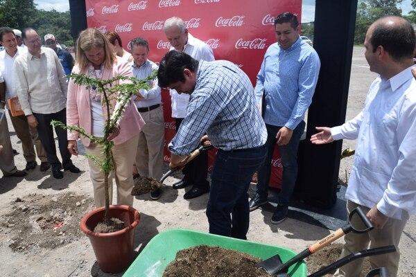 Carlos Alvarado sembró un árbol de guayacán real que estará en los alrededores de la nueva planta de materias primas de Coca Cola. Lo acompaña Darlene Nicosia, vicepresidenta Global de la Planta de Concentrados Coca-Cola. Foto: Coca Cola para LN