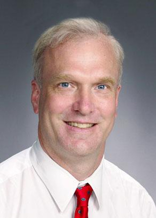 El infectólogo pediatra estadounidense Rodney Willoughby es el creador del protocolo Milwaukee que se utiliza para tratar rabia humana. Fotografía: Hospital de Niños de Wisconsin