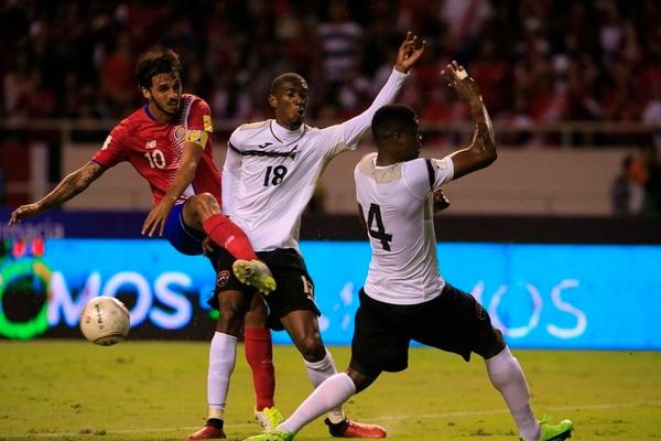 El capitán de la Selección Nacional Bryan Ruiz intenta un remate ante la marca de los trinitarios Hasim Arcia (18) y Sheldon Bateau (4) en el juego entre Costa Rica y Trinidad y Tobago.   RAFAEL PACHECO