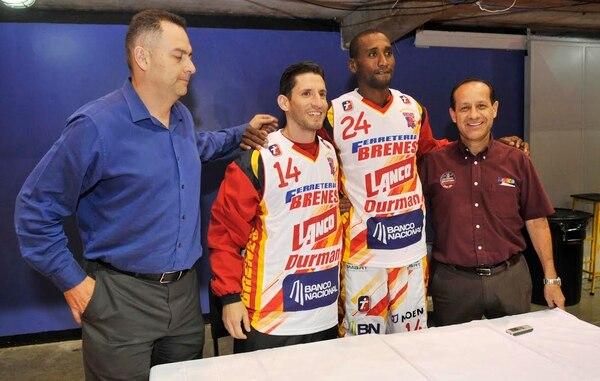 Los nuevos refuerzos de Ferretería Brenes Barva, Cristian Chavarría y Michael Jackson (centro), junto a Guillermo Montero (izq.), presidente de los florenses, y Freddy Brenes, dueño del equipo.