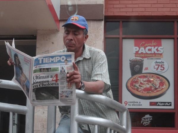 Un hombre lee el periódico El Tiempo , uno de los más grandes del país, antes de las elecciones del 24 de noviembre en Tegucigalpa. Los comicios fueron ganados por el oficialista Juan Orlando Hernández. | DIEGO JIMÉNEZ F.
