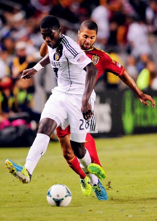 Álvaro Saborío, del Real Salt Lake, en una jugada contra Kofi Opare (#28 del Galaxy).