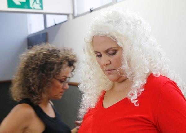 Marcia Saborío durante el proceso de maquillaje y vestuario. En las grabaciones participan dobles, pues en varias ocasiones los personajes se encuentran con otros que son interpretados por la misma actriz. Foto: Albert Marín.
