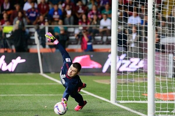 El portero de Saprissa Danny Carvajal detiene un penal al volante de Alajuelense Ariel Rodríguez.