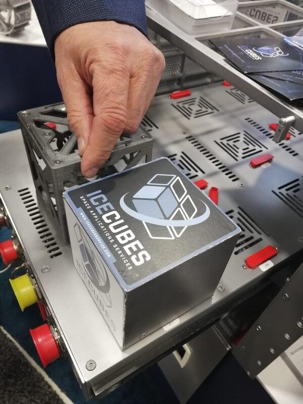 La instalación alberga experimentos diseñados alrededor de cubos de 10 cm o combinaciones de este volumen. Cuenta con espacio para 12 cubos en la parte superior y dos filas de cuatro cubos en la parte inferior. Foto: Cortesía MUSA