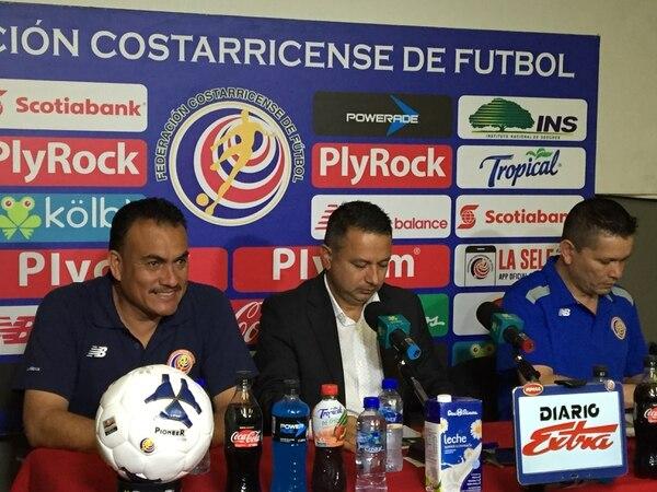 Carlos Batres (izquierda) fue presentado este miércoles como el nuevo coordinador arbitral de la Fedefútbol.