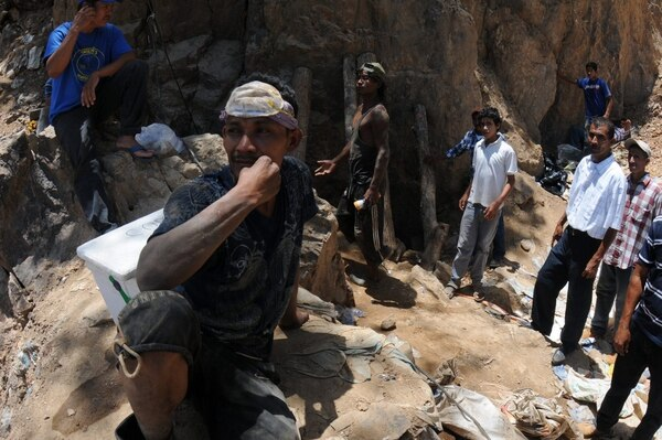 Mineros artesanales continuaron el lunes, por su cuenta y riesgo, las labores de rescate de ocho compañeros que se encuentran soterrados en un yacimiento en la comunidad de San Juan Arriba, en el sur de Honduras.