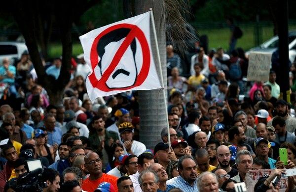 Un manifestante agita una bandera blanca con la cual expresa su rechazo al presidente Nicolás Maduro. Opositores se congregaron el lunes 31 de julio del 2017 en una vigilia para rendir tributo a quienes han muerto en las protestas contra el gobierno.