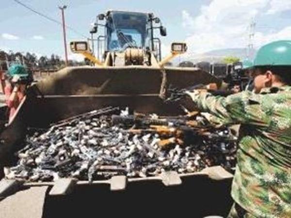 Soldados y trabajadores de una empresa fundidora preparan 41.000 armas para su destrucción en Sogamoso, Boyacá, Colombia. | EFE