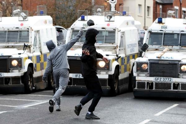 Jóvenes nacionalistas atacaron a los agentes de policía con piedras en el área de Springfield Road, en Belfast, el 8 de abril del 2021. Foto: AFP
