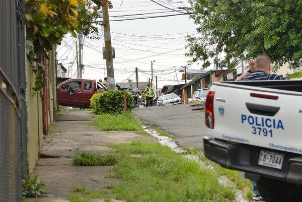 La ventana del lado del conductor del Nissan Frontier quedó destrozada por los balazos que despertaron a los vecinos de calle los Angulo en Calle Fallas. Foto: Albert Marín.. Foto: Albert Marín.