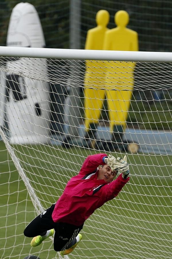 Keylor ataja un balón en una práctica del Real. | EFE