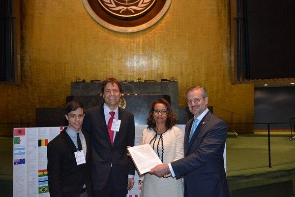 La embajadora de Costa Rica ante la ONU, Elayne Whyte, posa junto con el canciller, Manuel González (der.), y el científico Max Tegmark, quien entregó a la Conferencia que preside Whyte una carta abierta firmada por 3.000 científicos en favor de la prohibición del uso de armas atómicas.