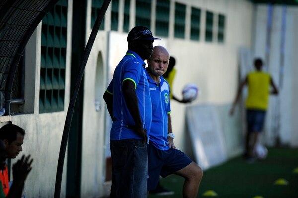 Randall Chacón (derecha) conversó con uno de los integrantes del cuerpo técnico ayer en el estadio Juan Gobán. | ALEXÁNDER CARAVACA