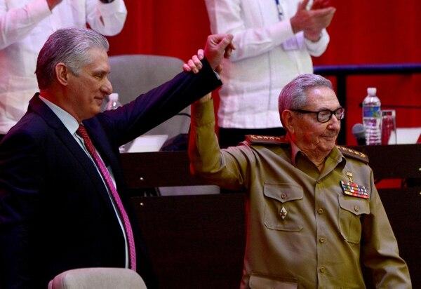 Raúl Castro levanta la mano del presidente cubano Miguel Díaz-Canel, quien fue elegido nuevo primer secretario durante el VIII Congreso del Partido Comunista de Cuba, en el Palacio de Convenciones de La Habana, el 19 de abril del 2021. Foto: AFP
