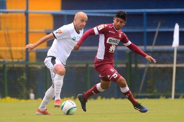 Juan Bustos Golobio marca al universitario Edward Jiménez, durante el primer tiempo entre Saprissa y la UCR.
