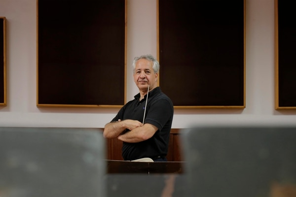 El director Fabio Mechetti se desempeñó como conductor titular de cuatro orquestas estadounidenses y, desde el 2008, es el director artístico de la Orquesta Filarmónica de Minas Gerais en Brasil.