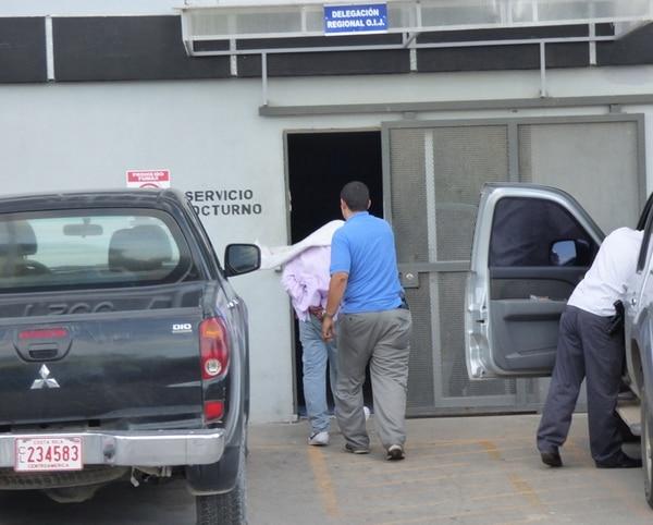 Los agentes judiciales llevaron, a las 5:30 p. m., al juez León a las oficinas del OIJ en Liberia. El funcionario fue arrestado en una vivienda en barrio Los Cerros de Liberia. | CARLOS VARGAS