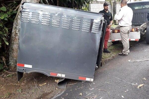 Los funcionarios del OIJ dijeron que por esquivar un carro que se les atravesó, chocaron el cajón contra un árbol. Foto: Réiner Montero.