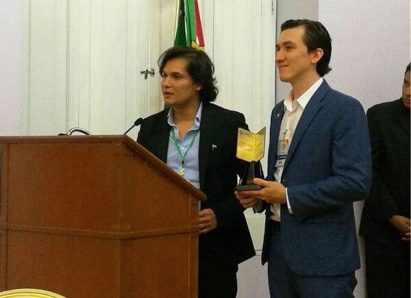 José Pablo Alfaro y Carlos Alpízar recibieron el Premio Pasaporte Abierto, de la Organización Mundial del Periodismo Turístico, el 26 de octubre en Ciudad de México.