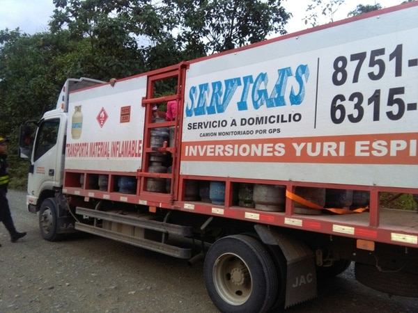 Cubanos viajaban en vehículo que transportaba cilindros de gas.