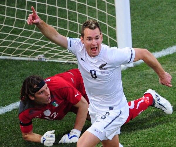 Shane Smeltz (8), quien está en la lista para enfrentar a México, le anotó un gol al arquero italiano Federico Marchetti en el mundial Sudáfrica 2010. | AFP