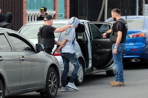 En Cuatro Reinas de Tibás, a casi un kilómetro de donde mataron a un joven de 22 años, los agentes del OIJ detuvieron a uno de los dos sospechosos. Foto: Alonso Tenorio