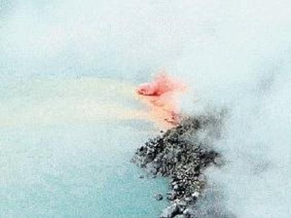 Esta es la combustión del azufre que se observó tras la explosión del pasado miércoles en el domo del volcán Poás. Esta tuvo una elevación cercana a los 40 metros. | YEMERITH ALPÍZAR / RED SISMOLÓGICA NACIONAL