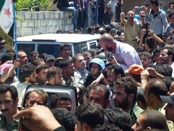 Cientos denunciaron ante funcionarios de la ONU la masacre en Hula.   AFP