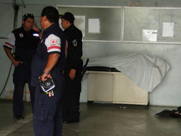 El cuerpo de Quintero fue custodiado por la Fuerza Pública en el Hospital de Ciudad Neily. | FREDDY PARRALES