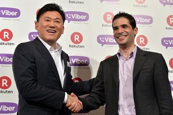 Hiroshi Mikitani, presidente del gigante de las ventas minoristas Rakuten, junto a Talmon Marco, director ejecutivo de Viber, hoy en Tokio al cerrarse el trato.